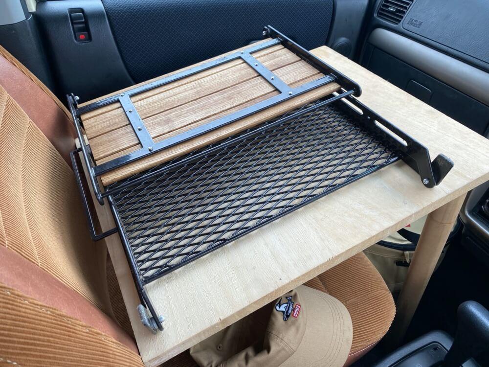 森風美さんがDIYで制作したキッチンテーブルの天板活用方法を説明する写真