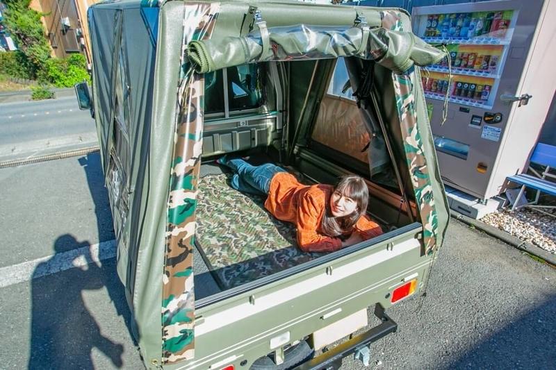 ブローのアメ車レトロカスタム。スズキ・キャリイがベースのウーキーライダーリア側。荷室はゆったりと寝転がれる広さ