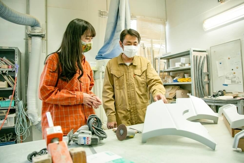 アメ車レトロカスタム風のDIYについて森さんに説明するブローの中澤さん