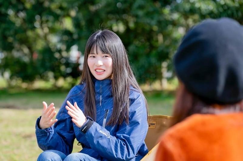三沢真実さんと茅ヶ崎みなみさんのキャンプ対談風景。茅ヶ崎みなみさんが話している様子