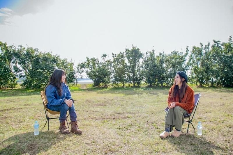 三沢真実さんと茅ヶ崎みなみさんのキャンプ対談風景。チェアを並べて向かい合う二人