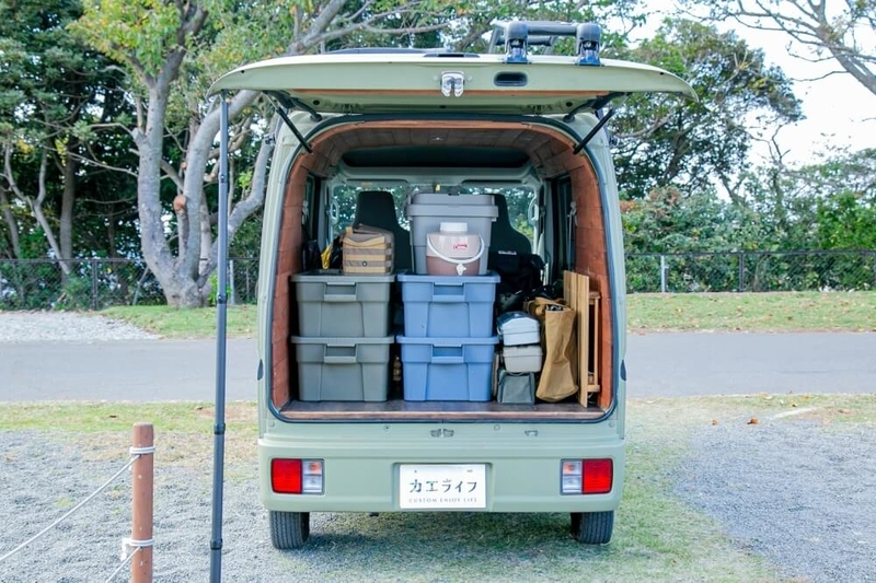 三沢真実さんのスズキ・エブリイ。キャンプや車中泊に使う荷物がキレイに積載されている