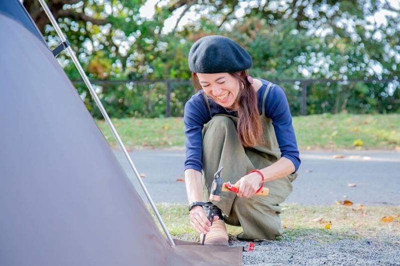 三沢真実さんがキャンプサイトの設営を進めている様子