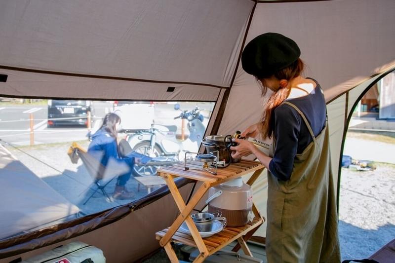 三沢真実さんのカーサイドシェルター内部。三段ラックに調理道具が整理されて置かれている