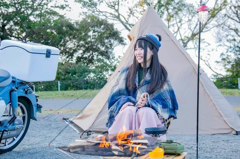 茅ヶ崎みなみさんがキャンプ用のウェアに着替えた写真