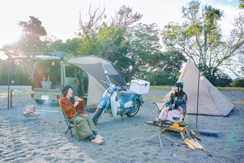 三沢真実さんと茅ヶ崎みなみさんのキャンプ対談風景