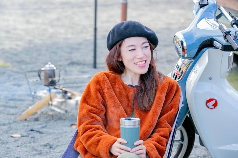 三沢真実さんと茅ヶ崎みなみさんのキャンプ対談風景。三沢さんが話している