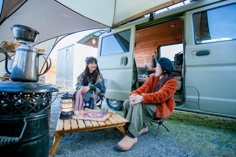 三沢真実さんと茅ヶ崎みなみさんのキャンプ対談風景。三沢さんのサイトで談笑する二人