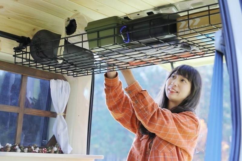 森風美さんのカスタムしたおしゃれ軽バン、Honda・バモス。ルーフインナーラックを活用してキャンプギアなどを整理