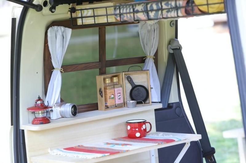 森風美さんのカスタムしたおしゃれ軽バン、Honda・バモス。格子窓風にDIYカスタムした窓がキュート