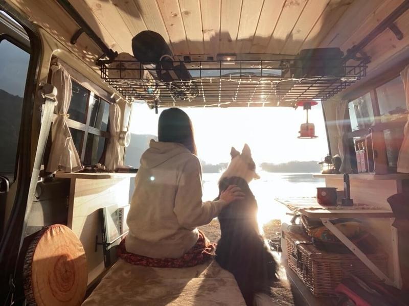 森風美さんのカスタムしたおしゃれ軽バン、Honda・バモスと、愛犬のどんちゃん