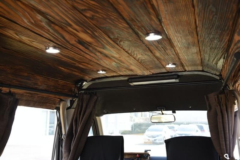 たくチャンさんのカスタムしたおしゃれ軽バン、Honda・アクティバン。内装のコンセントはソーラーパネルから電力を供給