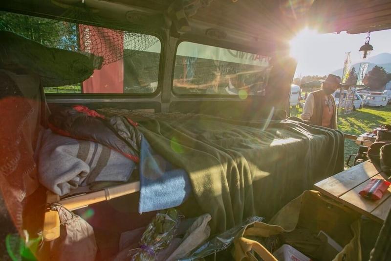 クルマ×アウドドアのイベントLet's Chill Out! 長野修平さんの愛車・日産キャラバンの車内。ベッドはバイヤーの木製コット