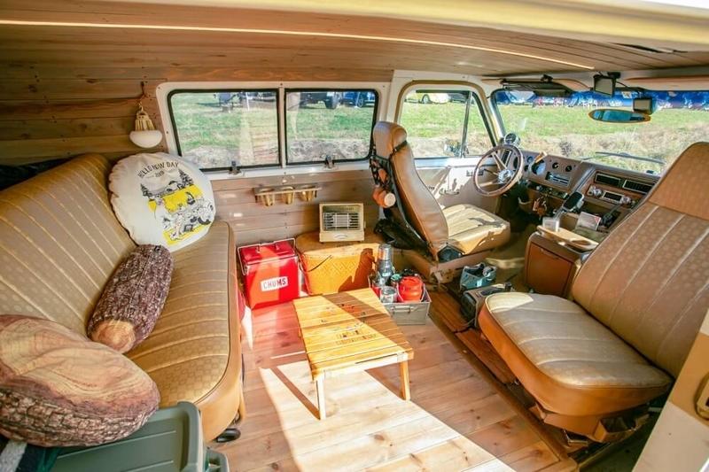 クルマ×アウドドアのイベントLet's Chill Out!の主催者CielBleuのワカさん、アネゴさんの愛車ラリーSTXの車内。シートを回転できるようにしてリビングスペースを作っている