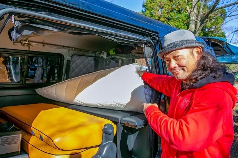 バンライフイベント「VANTERTAINMENT FES vol.0」(バンタメ)。YouTubeチャンネル「とうちゃんはテンネンパーマ」を運営するイケさんの愛車ハイエーススーパーGLワイドミドルルーフの車内。ベッドキットを常設