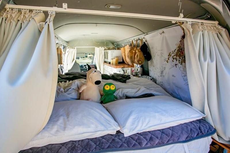 バンライフイベント「VANTERTAINMENT FES vol.0」(バンタメ)。YouTuber&WEBライターのまるぴーさんの愛車ハイエースの車内。バンライフ女子感があっておしゃれ。ダブルベッドを常設