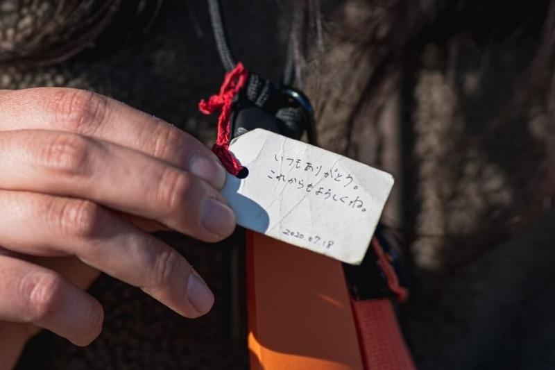 こうへいさんからプレゼントされたモーラナイフ。タグのメッセージにアップした画像