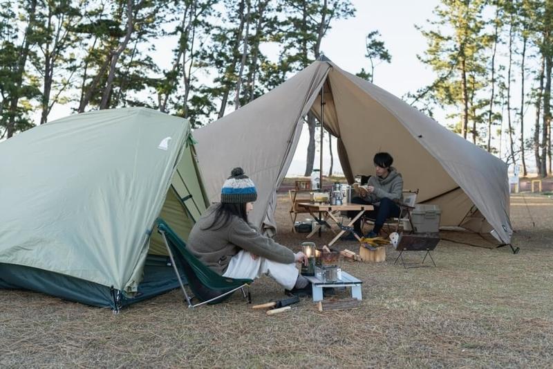 テントを別々に設営し、ふたりソロキャンプを楽しむ野外のもりこさん夫婦