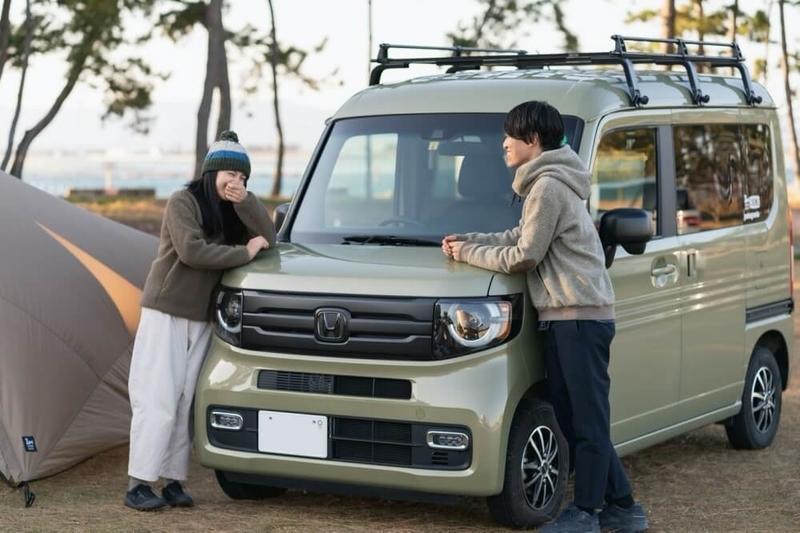 Hondaの軽自動車N-VANの前で話す野外のもりこさん夫婦