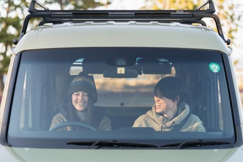 Hondaの軽自動車N-VANに乗る野外のもりこさん夫婦