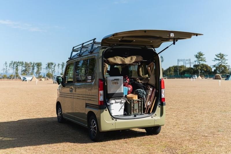 Hondaの軽自動車N-VANのバックドアを開いた写真。車中泊・キャンプ用品がたくさん積まれている