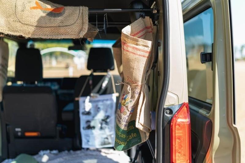 Hondaの軽自動車N-VANの車中泊用に取り付けたカーテン。コーヒー豆の麻袋を再利用している