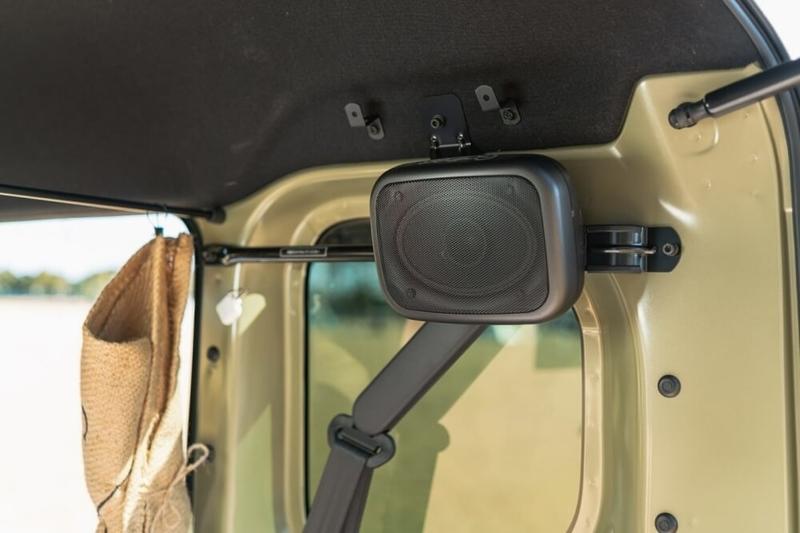 Hondaの軽自動車N-VANの後部座席両側に取り付けた4×6 インチボックス型 リアスピーカー
