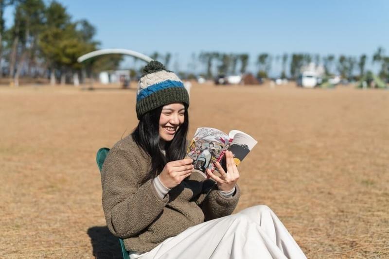 ゆるキャンの聖地・渚園キャンプ場で原作マンガを読むもりこさん