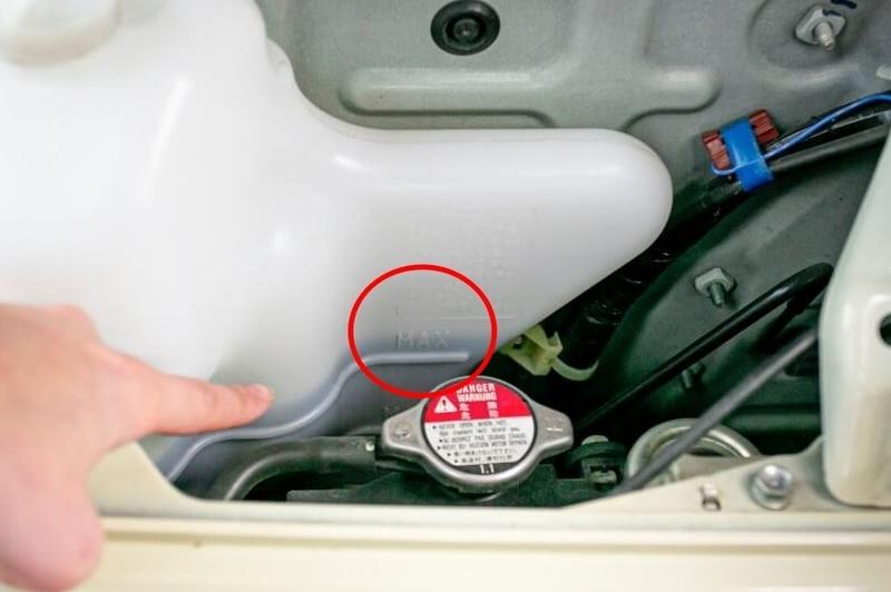 クルマの日常点検・メンテナンス。ラジエーター冷却水の点検。タンクに記載されている量をチェック