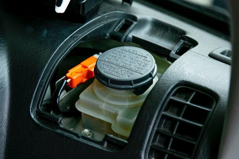 クルマの日常点検・メンテナンス。バモスホビオのブレーキオイルは運転席側にある