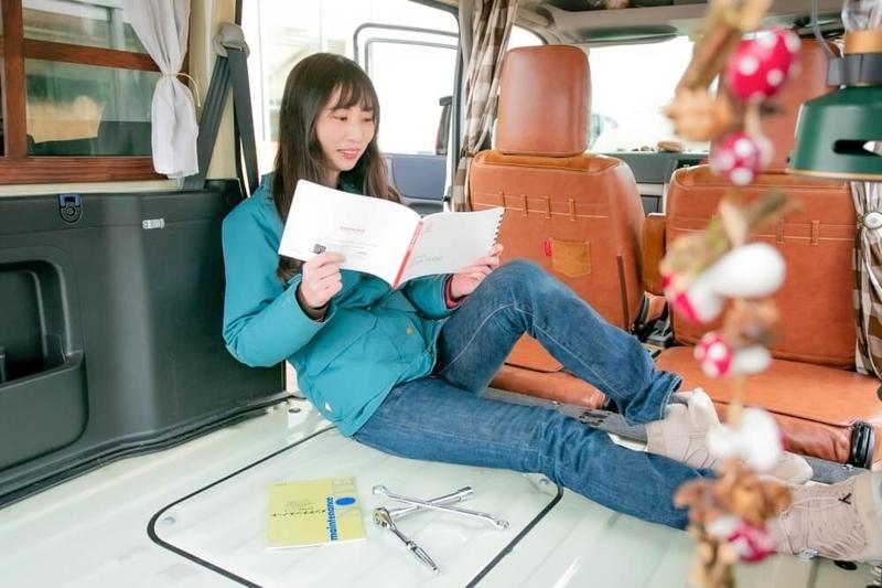 愛車のバモスホビオのユーザーマニュアルを見る森風美さん