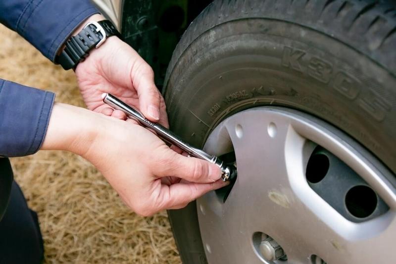 クルマの日常点検・メンテナンス。タイヤの空気圧をチェックする画像