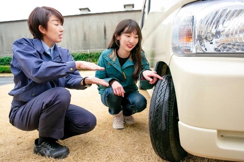クルマの日常点検・メンテナンス。タイヤ周りをチェックする森さんと谷口さん