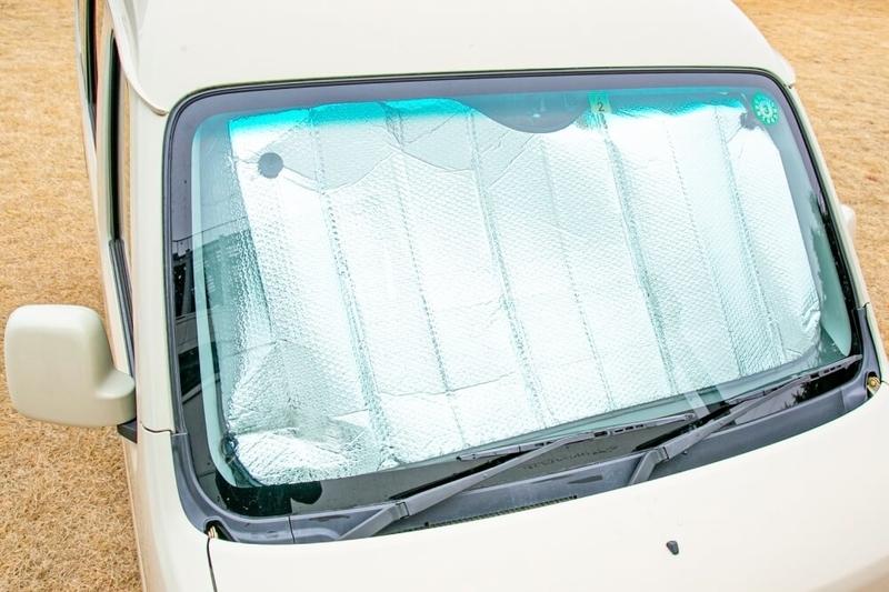 クルマの日常点検・メンテナンス。車内の日焼けを防ぐためにサンシェードが有効なことを示す画像