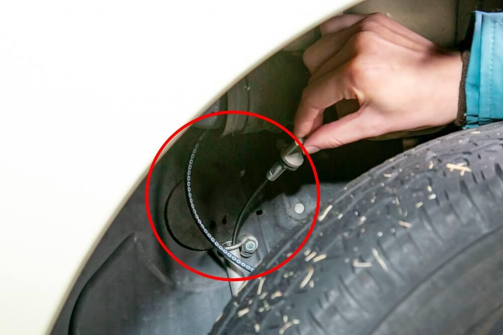 クルマの日常点検・メンテナンス。バモスホビオのエンジンオイルのレベルゲージは左後輪の奥