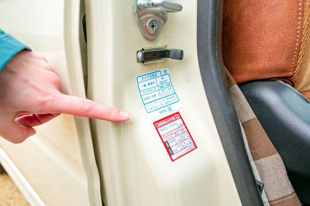 クルマの日常点検・メンテナンス。タイヤの適正空気圧は運転席側のドアにシールが貼ってあることを説明する画像