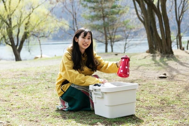 N-WGNでデイキャンプ。コンテナから調理道具を取り出す森風美さん