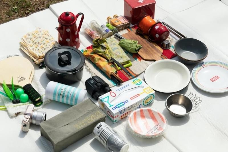 コンテナの中に入っている調理道具やアクティビティグッズ