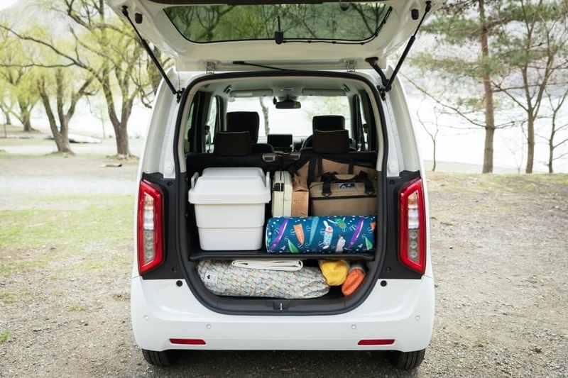 Hondaの軽自動車N-WGNの荷室にキャンプ道具を積んだ画像