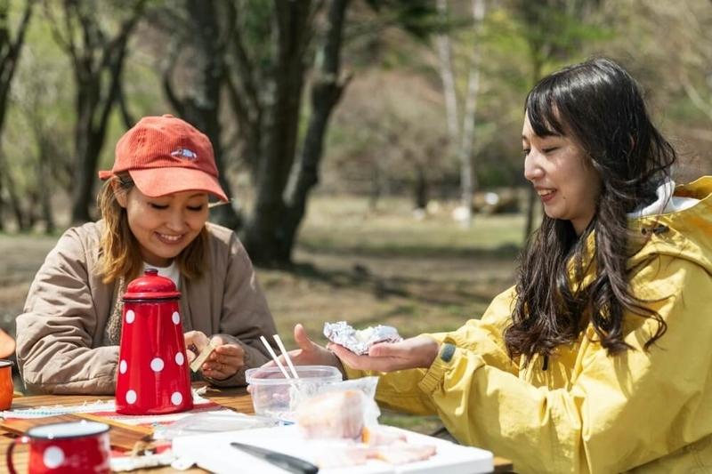 N-WGNでデイキャンプ。キャンプ場で料理の準備をするふたり