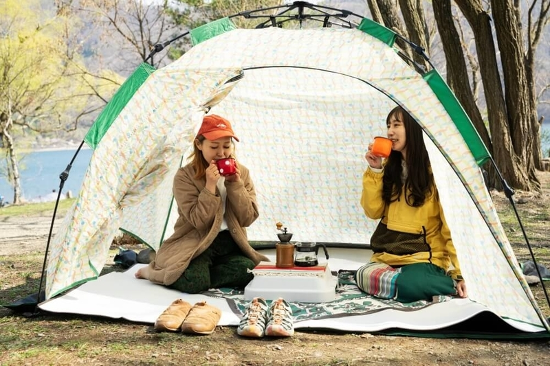 デイキャンプの楽しみ方。まったりコーヒーを飲むふたり