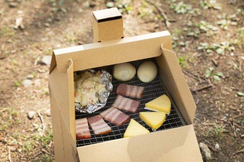 森さんイチオシのキャンプ料理。ダンボール燻製の調理の様子