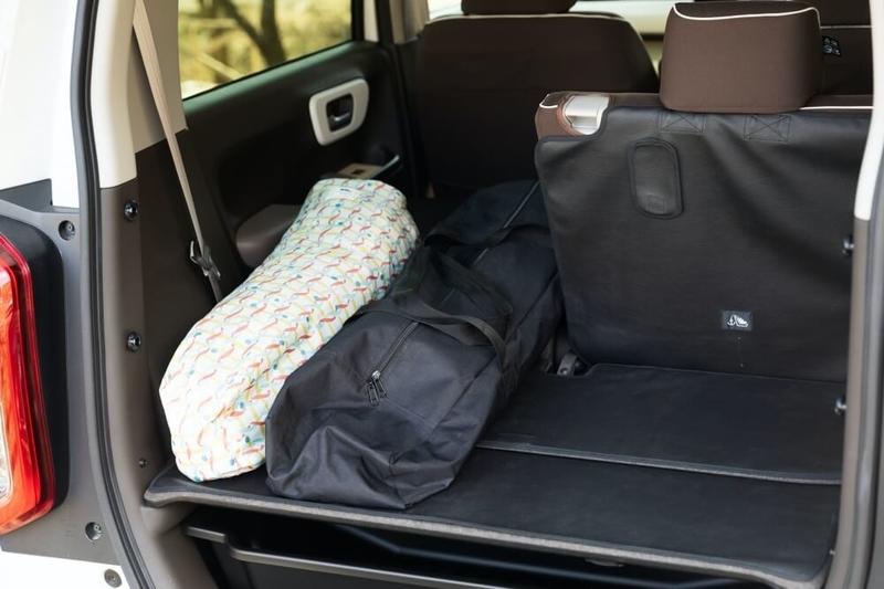 Hondaの軽自動車N-WGNの荷室。後部座席をワンシート分倒して長い荷物を収納している様子