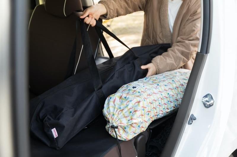 Hondaの軽自動車N-WGNの荷室にキャンプ道具を積み込む様子