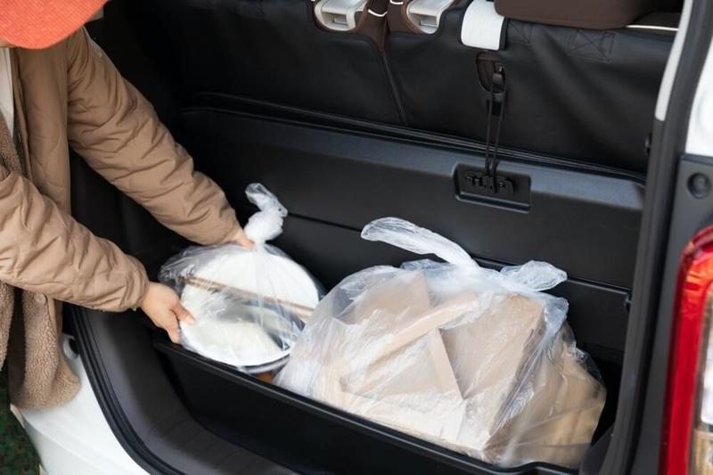 Hondaの軽自動車N-WGNのラゲッジボックスにゴミを積み込む様子