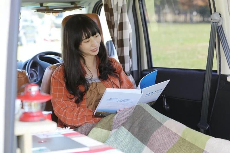 愛車のHondaバモスホビオの車内でくつろぐ森風美さん