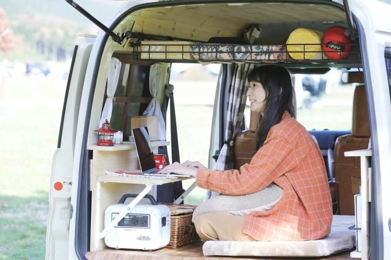 森風美さんがDIYで車内に設置した折りたたみ式テーブルの使用シーン