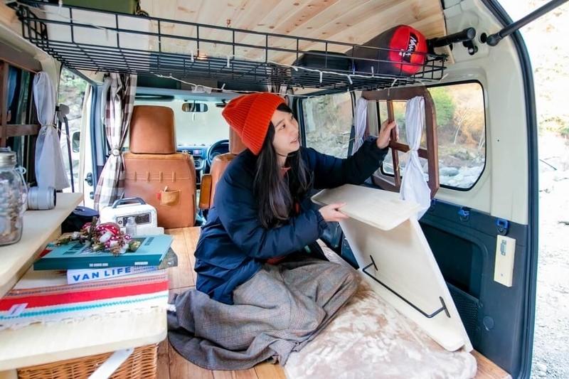 森風美さんがDIYしたログハウス風の木窓枠を取り付けている様子
