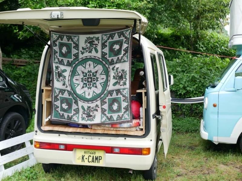 「Feuille de Cocoon(フィーユドココン)」のアウトドアシルクストールを使って車内を目隠ししている様子の画像