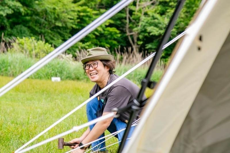 テント設営のコツを説明する大木さん